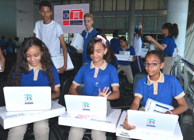Minerd entrega 106 mil netbook en segunda fase de República Digital