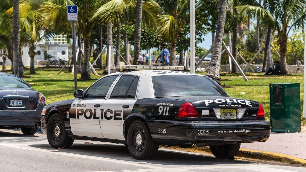 ¡Insólito! Pareja tiene sexo en vehículo de la Policía tras ser detenidos
