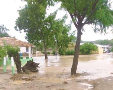 Video: Lluvias provocan desborde de río Tireo; se inundan decenas de viviendas
