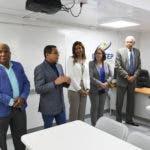 Rafael Ovalles explica al alcalde de San Cristóbal, Nelson Guillén el funcionamiento de los talleres móviles