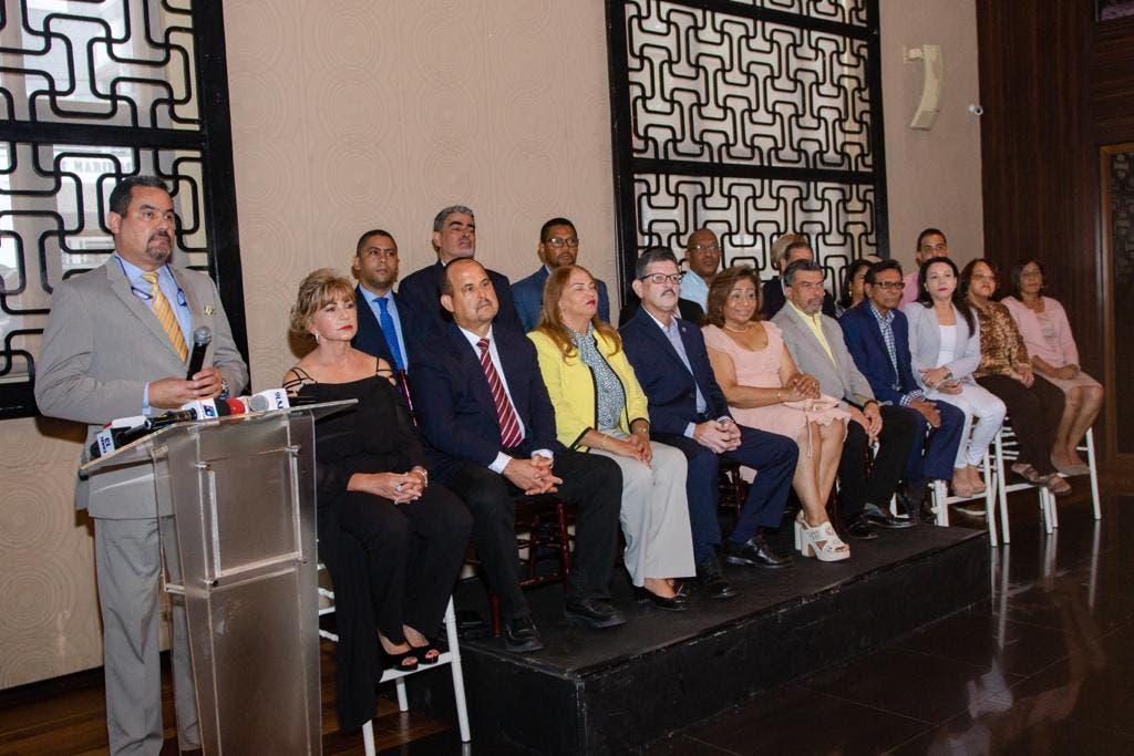 Leonel Fernández recibe apoyo de profesionales de la salud