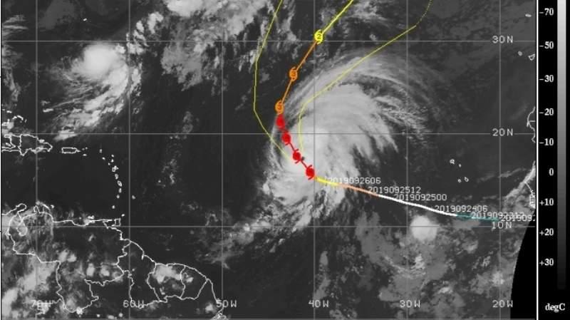 Lorenzo se conserva como un huracán mayor en medio del Atlántico