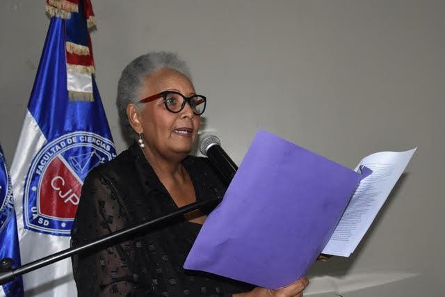 La Profesora Meritísima de la UASD, doctora Carmen Durán, hizo la presentación del libro.