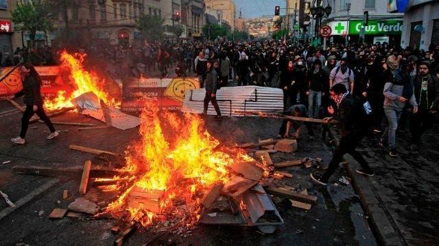 Chile se militariza para controlar disturbios que ya suman tres muertos