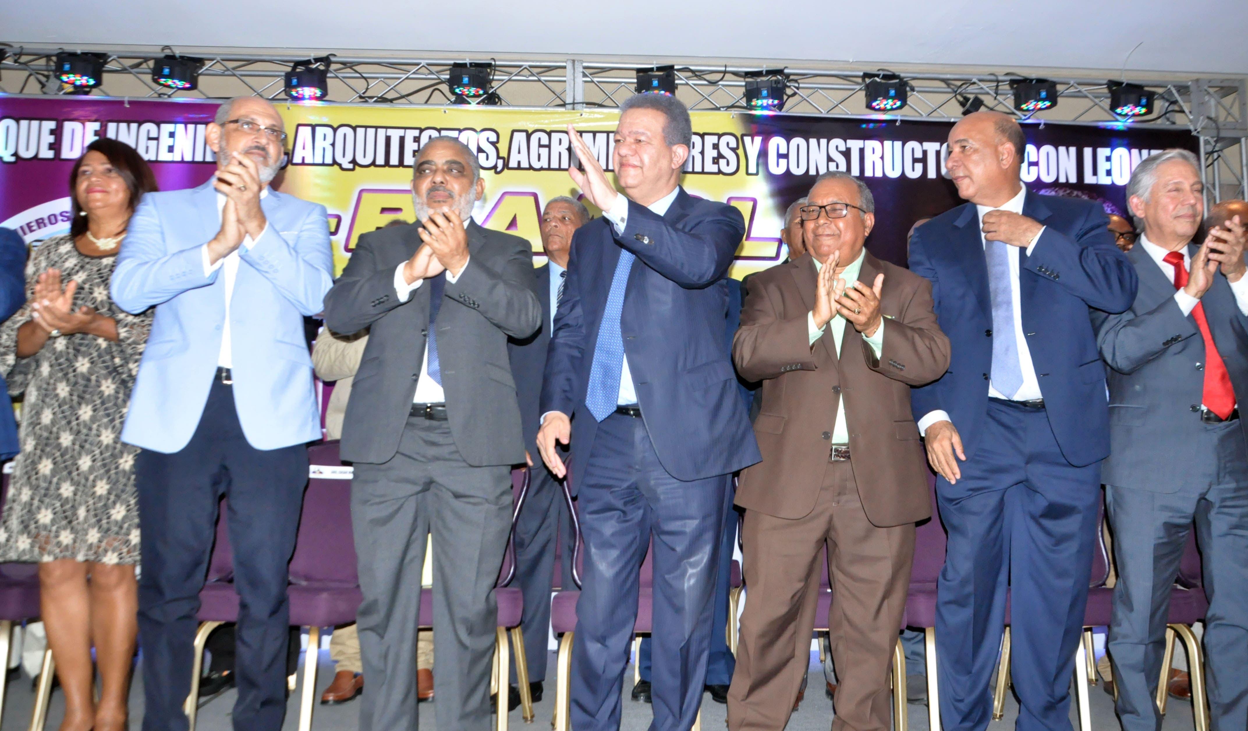 Leonel Fernández recibe respaldo de profesionales de la construcción