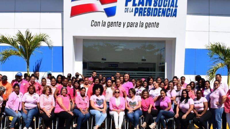 Un total de 27 mujeres de escasos recursos que lograron sobrevivir al cáncer de mama, serán intervenidas quirúrgicamente de forma gratuita, como parte de los programas sociales que ejecuta el gobierno central. Fuente externa 18/10/2019