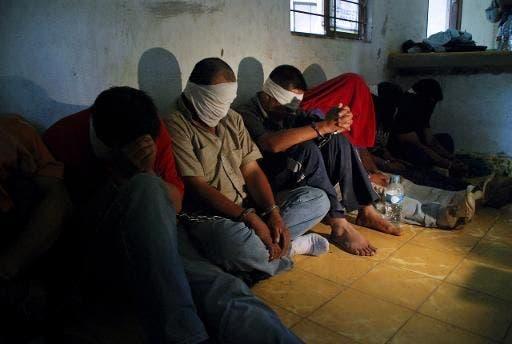 Clausuran cuatro negocios, rescatan a 49 personas y apresan a 10 en operativos contra redes criminales