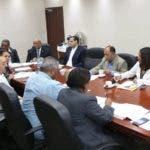 Servio Tulio Castaños Guzmán, de FINJUS, con diputados.  Hoy/Fuente Externa 17/10/19