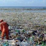Mar Caribe con marea de plastico y basura proviniente del rio Ozama. Jorge Gonzalez
