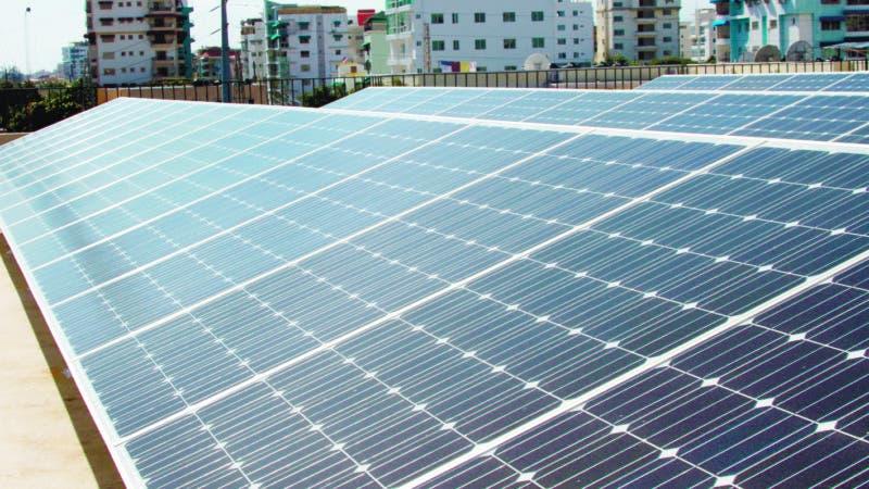 """El presidente de la Comisión Nacional de Energía (CNE), Enrique Ramírez, inauguró este lunes el edificio corporativo """"energéticamente eficiente"""", el cual cuenta con iluminación LED en todas sus dependencias y un sistema fotovoltaico con 88 paneles solares para una capacidad instalada de  22,000 Wp, que le permitirá ahorrar hasta un 25% de su consumo interno de electricidad al año, y reducir en 655 toneladas de emisiones de CO2 al medio ambiente. Hoy/ Fuente externa 26/03/2012"""