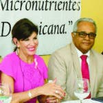 Santo Domingo, RD. El Ministerio de Salud continúa el seguimiento a mujeres embarazadas como parte de  la Alianza Nacional  para Acelerar la Reducción de la Mortalidad Materna e Infantil y en ese orden hizo entrega de micronutrientes a residentes en el Área IV de Salud, en una acción coordinada con la embajada de Estados Unidos. El ministro de Salud DrRafael Sanchez Cardensa, al encabezar el acto de entrega indicó que el  propósito es promover políticas y  prácticas nacionales con respecto al uso de suplementos de micronutrientes múltiples (MNM). La Embajadora de los Estados Unidos de América para la República Dominicana,  Robin S. Bernstein indicó que la estrategia iniciada por el país  contribuye un gran avance, los micronutrientes aportan al fortalecimiento al estado prenatal y a los niños hasta los 5 años  de edad, por lo que felicitó al ministerio de Salud por los esfuerzos para mejorar la salud de la población.  Hoy/Fuente Externa 17/10/19