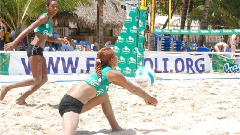 Deportes.-Voleibol femenino, en la playa de Boca Chica.