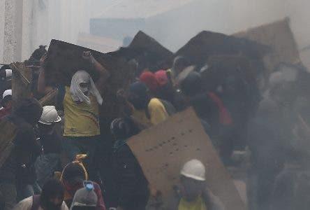 AME9172. QUITO (ECUADOR), 13/10/2019.- Manifestantes se enfrentan a la policía en una nueva jornada de choques este domingo, en Quito (Ecuador). Las protestas comenzaron el 3 de octubre contra las medidas de austeridad económicas adoptadas por el Gobierno, especialmente la eliminación de los subsidios a los combustibles, como parte de las condiciones puestas por el Fondo Monetario Internacional (FMI) y otras instituciones para un crédito de 10.000 millones de dólares. EFE/ José Jácome