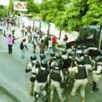La policía impide que manifestantes se acerquen a la casa del presidente Jovenel Moïse, en Puerto Príncipe, Haití, el domingo 13 de octubre de 2019. (AP Foto/Rebecca Blackwell)