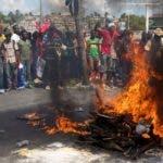 AME1231. PUERTO PRÍNCIPE (HAITÍ), 17/10/2019.- Manifestantes participan este jueves en un rito vudú durante el inicio de la marcha hacia el Palacio Nacional, en Puerto Príncipe (Haití). Al menos un hombre murió este jueves y otro resultó herido de bala durante la jornada de protestas que paralizó la capital haitiana, en una nueva movilización que pretende forzar la renuncia del presidente, Jovenel Moise. Las dos víctimas iban en la manifestación y se pusieron a robar a otras personas en la calle, cerca del Palacio Nacional, y un desconocido les disparó, según dijo un policía a Efe en el lugar de los hechos. EFE/ Orlando Barría