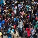 AME1727. PUERTO PRÍNCIPE (HAITÍ), 18/10/2019.- Cientos de seguidores del expresidente haitiano Jean Bertrand Aristide marchan exigiendo la dimisión del actual presidente, Jovenel Moise, este viernes, en Puerto Príncipe (Haití). El país completa más de un mes sumido en protestas sin señales de que Moise acceda a los reclamos de su renuncia al máximo cargo, con su capital, Puerto Príncipe, sumida en bloqueos y enfrentamientos entre manifestantes y policías. EFE/Orlando Barría