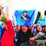 AME3110. LA PAZ (BOLIVIA), 21/10/2019.- Partidarios del presidente de Bolivia, Evo Morales, protestan bajo el resguardo policial, a la espera de los resultados de las elecciones presidenciales este lunes, en La Paz (Bolivia). Bolivia vive una tensa espera de los resultados electorales, con un recuento lento observado por la oposición ante las sospechas de fraude por parte del Gobierno de Evo Morales, que pide calma para no radicalizar el clima electoral. El candidato opositor Carlos Mesa, seguro de que si no se manipulan los resultados irá a una segunda vuelta con Morales, llamó a los suyos a estar vigilantes de un recuento oficial del que no se fía desde la misma noche electoral del domingo. EFE/ Martín Alipaz