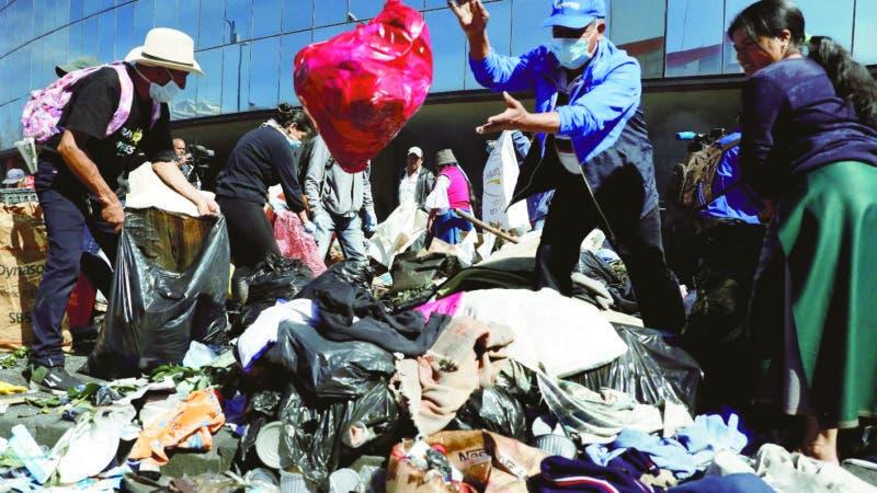 AME9658. QUITO (ECUADOR), 14/10/2019.- Ciudadanos, manifestantes indígenas y trabajadores limpian las calles luego de que se anunciara el fin de las protestas, este lunes, en Quito (Ecuador). Ecuador recupera este lunes de a poco la normalidad tras once días de protestas, varias de ella violentas, que terminaron la noche del domingo una vez que el Gobierno y los líderes indígenas llegaron a un acuerdo sobre el decreto que eliminó los subsidios a los combustibles. También esta mañana, miles de personas participaban en tareas de limpieza en las calles donde las manifestaciones dejaron varios daños y material atravesado como adoquines y árboles. EFE/ Paolo Aguilar