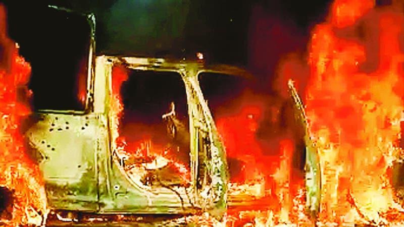 """MEX5637. AGUILILLA (MÉXICO), 14/10/2019.- Vista general este lunes de una patrulla de la policía estatal incinerada tras ser emboscada por un grupo armado en Aguililla, estado Michoacán (México). Un total de 14 agentes de la Policía estatal murieron en un ataque perpetrado por un grupo armado en el municipio de Aguililla, en el occidental estado mexicano de Michoacán, informaron este lunes las autoridades. La Secretaría de Seguridad y Protección Ciudadana (SSPC) condena """"el ataque en el que murieron 14 agentes policíacos en Aguililla, Michoacán"""", informó en un mensaje en Twitter. En este mismo mensaje, el ministerio aseguró que están """"en comunicación"""" con las autoridades estatales. EFE/STR / SOLO USO EDITORIAL /NO VENTAS /MÁXIMA CALIDAD DISPONIBLE"""