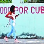 """AME102. LA HABANA (CUBA), 15/10/2019.- Una joven pasa caminando este martes frente a un grafiti que reza """"Todo por Cuba"""", en La Habana (Cuba). EFE/YANDER ZAMORA"""