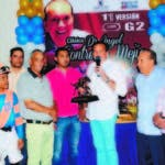Angelito  y su padre Angel Cotreras Mejía premian a los ganadores.