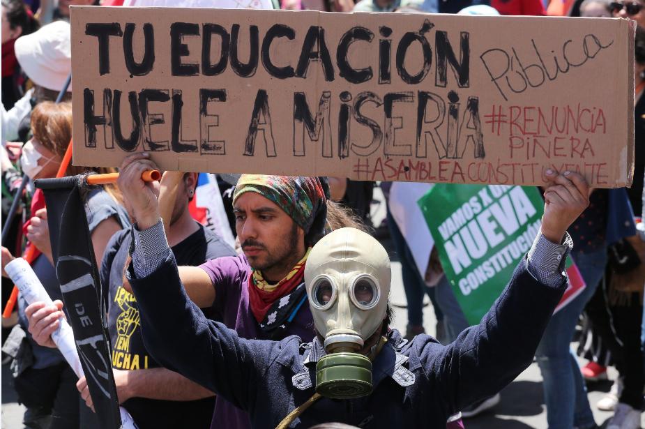 Chilenos en nueva jornada de protestas, ahora frente a sede del Ejecutivo