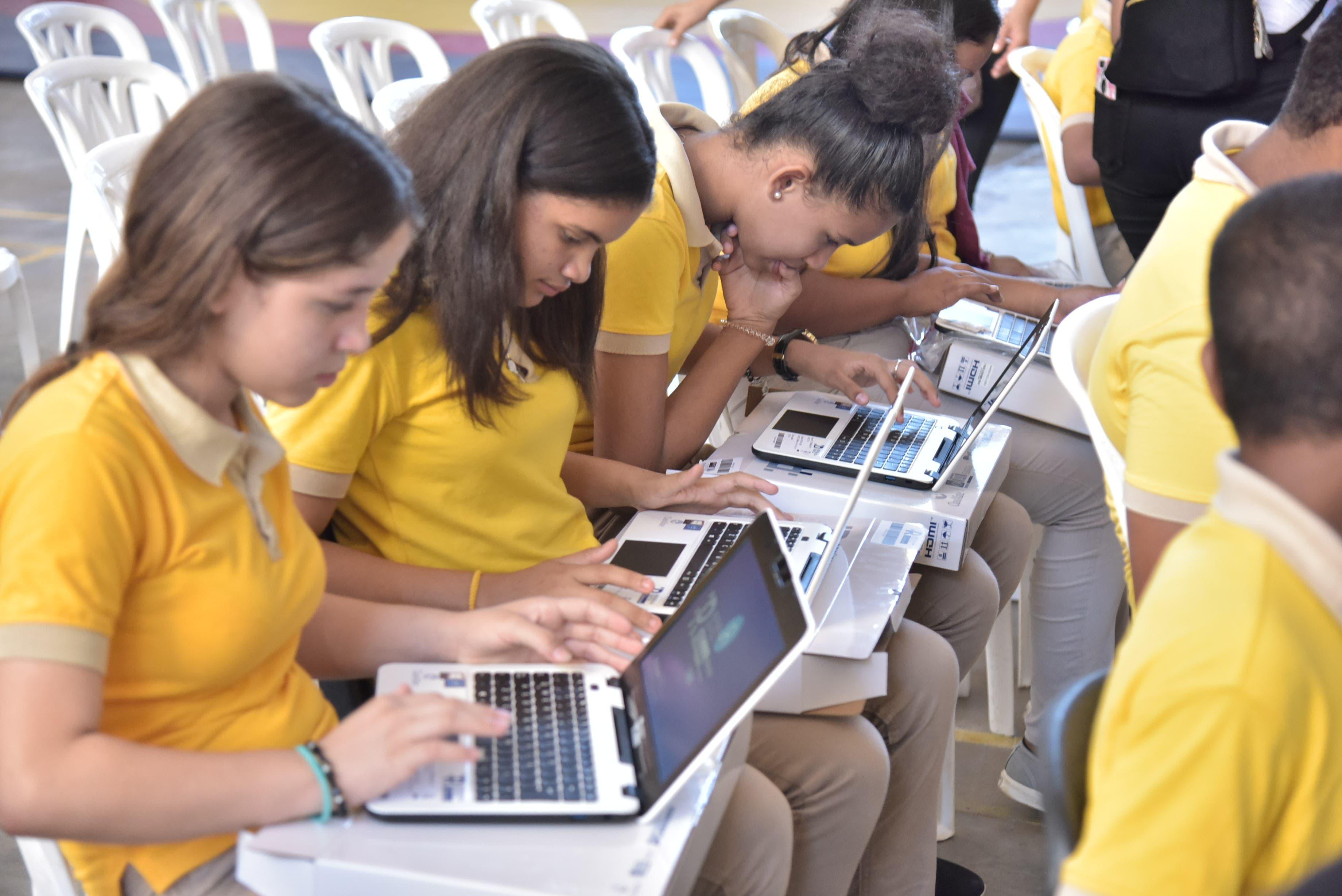 Minerd inicia entrega de computadoras a estudiantes de la Regional 09 en Valverde