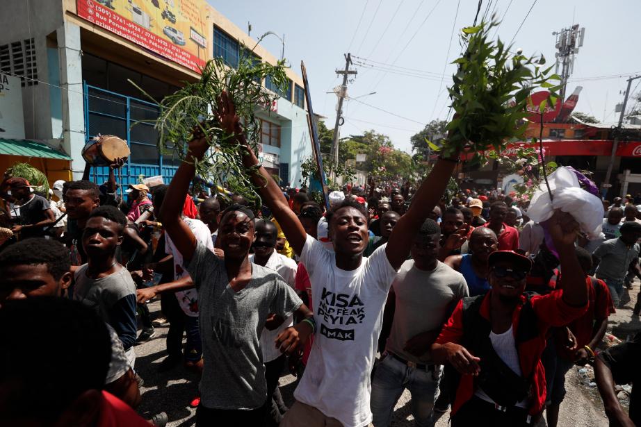 Centenares de opositores intentan llegar a casa del presidente de Haití
