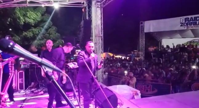 Joe Veras denuncia coronel ordenó apagar el micrófono en pleno escenario