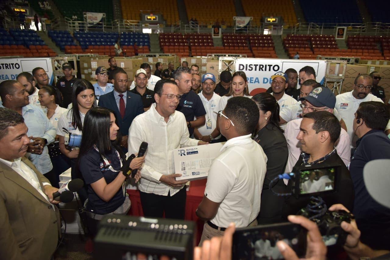 Ministro Educación: inversión programa entrega computadoras asciende a 15 mil millones de pesos