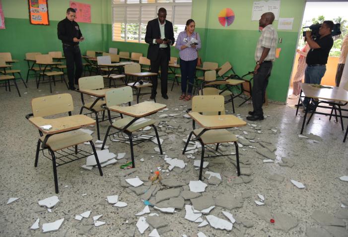 Ministro de Educación dispone intervenir aula por desprendimiento de pañete