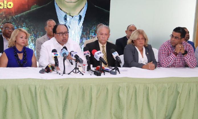 Otros 22 miembros del Comité Central renuncian del PLD para seguir a Leonel Fernández