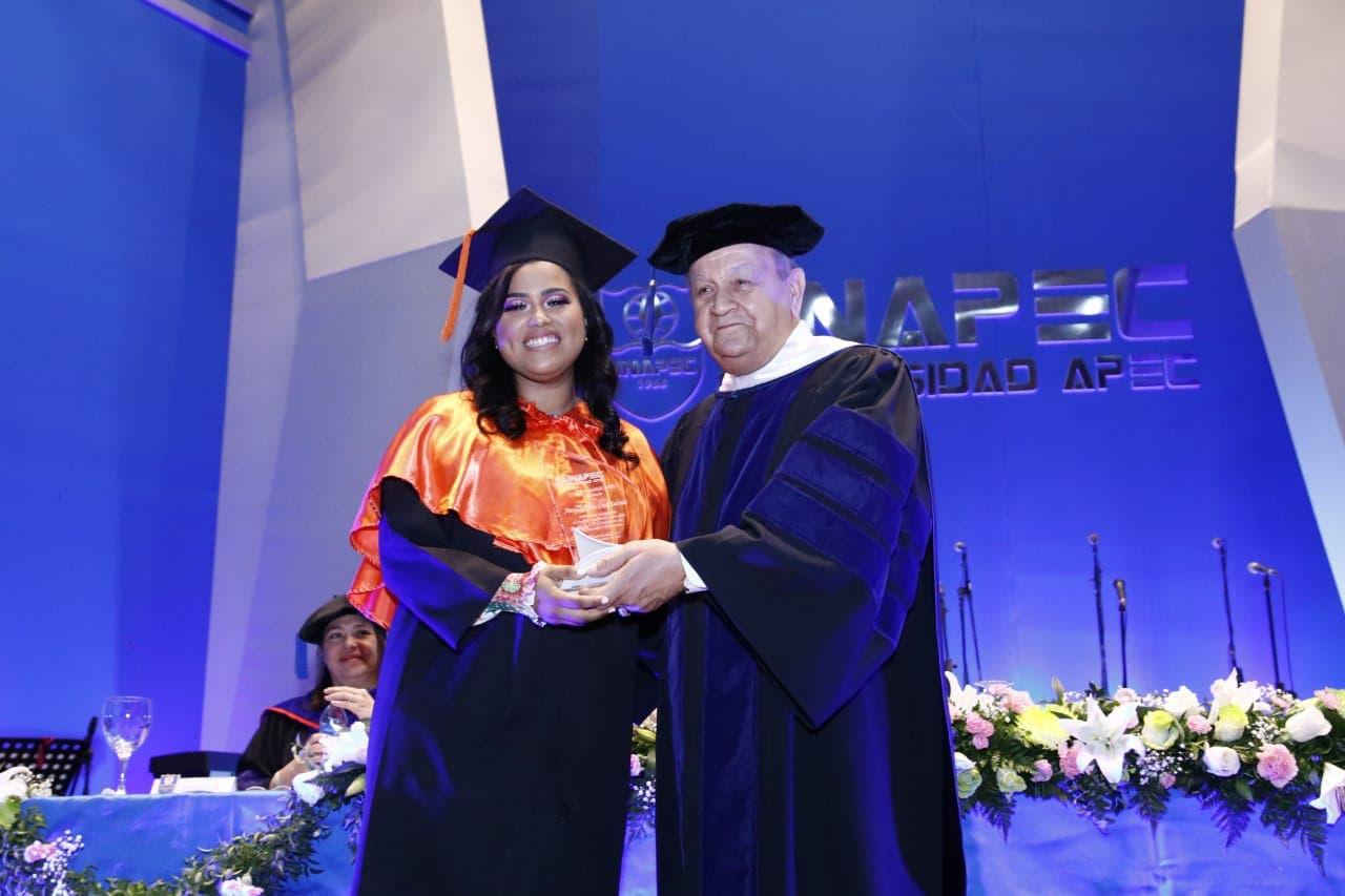 Estudiantes de la Universidad APEC formados en la sociedad del conocimiento