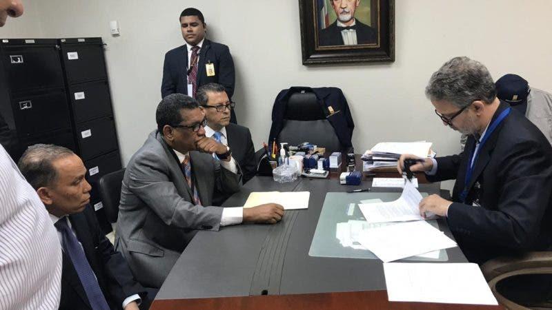 Tras denunciar un fraude, dos representantes del expresidente Leonel Fernández depositaron hoy ante la Junta Central Electoral (JCE) un documento sobre las primarias del Partido de la Liberación Dominicana (PLD), celebradas este domingo 6 de octubre.