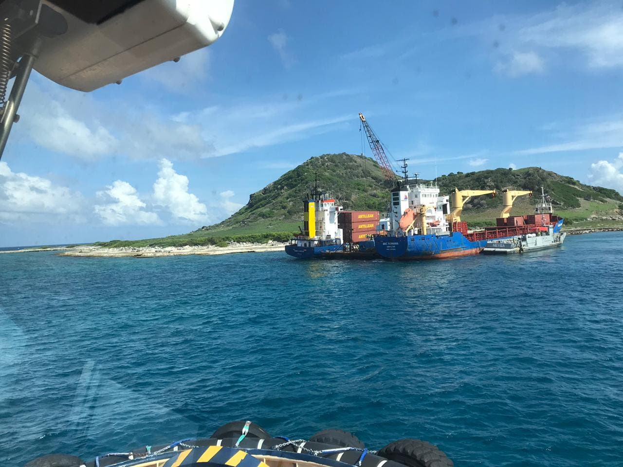 Armada Dominicana rescata barco Habi B Express tras 23 días encallado en isla Alto de Velo