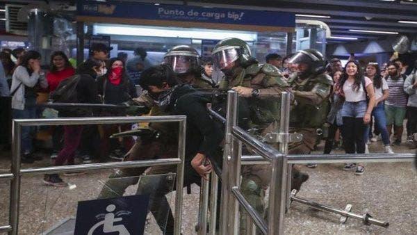 Gobierno chileno decreta estado de emergencia en Santiago por violentas protestas