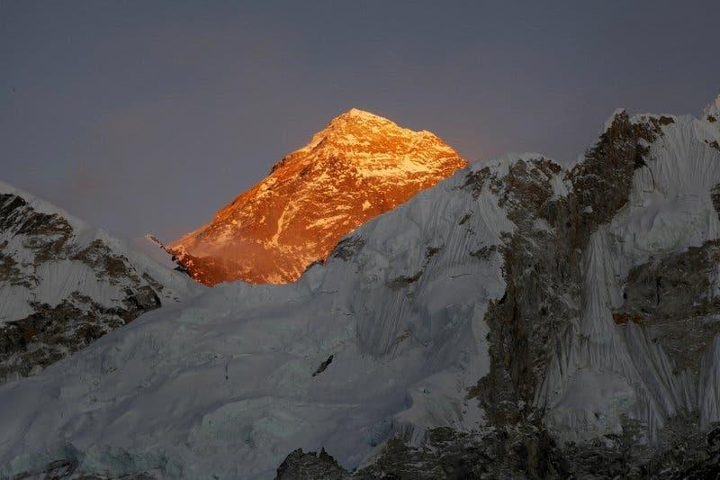 El Everest visto desde el ascenso al Kalapatthar, en Nepal. (AP Foto/Tashi Sherpa, archivo)