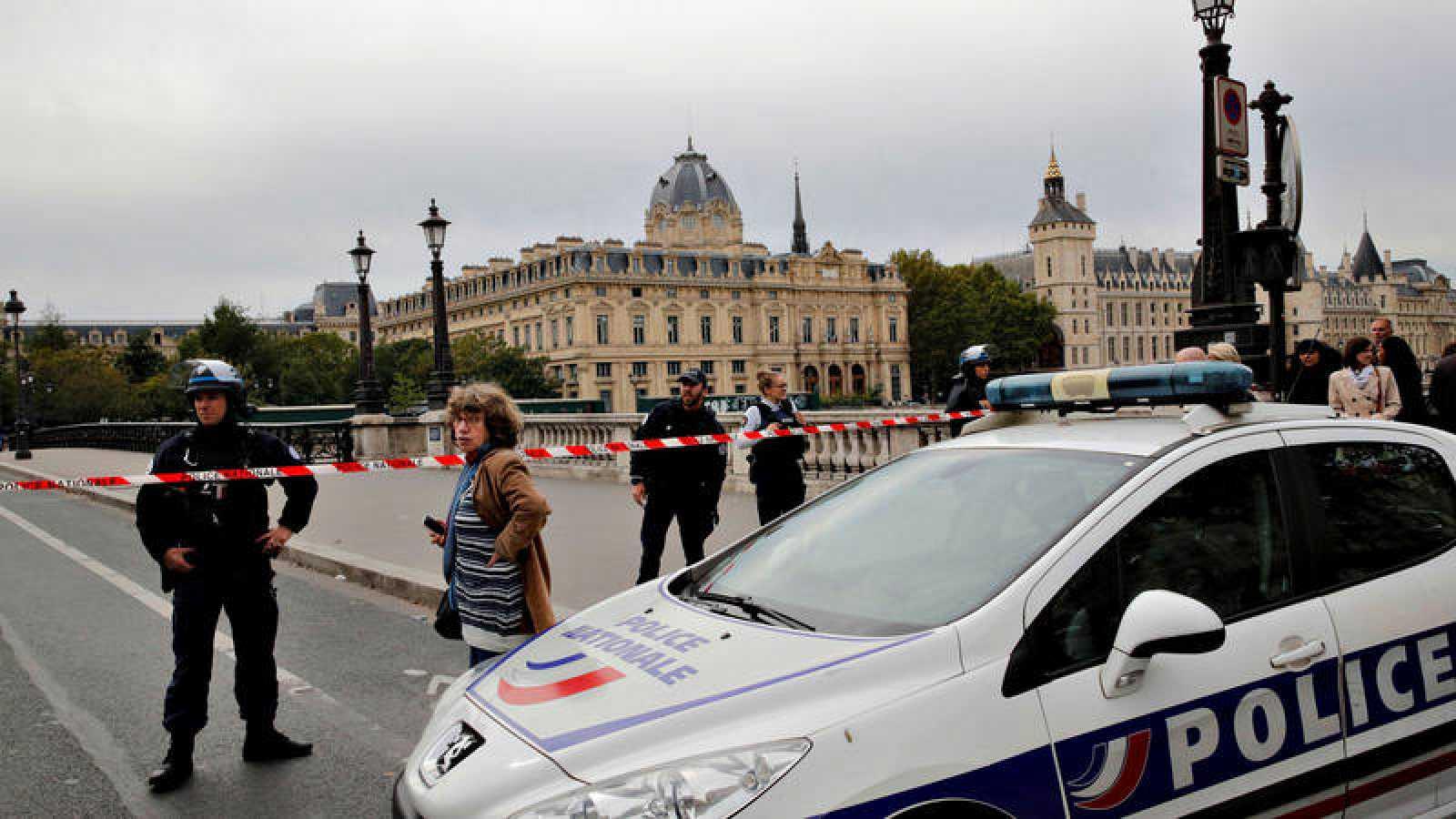 Hombre con cuchillo mata a cuatro policías en París