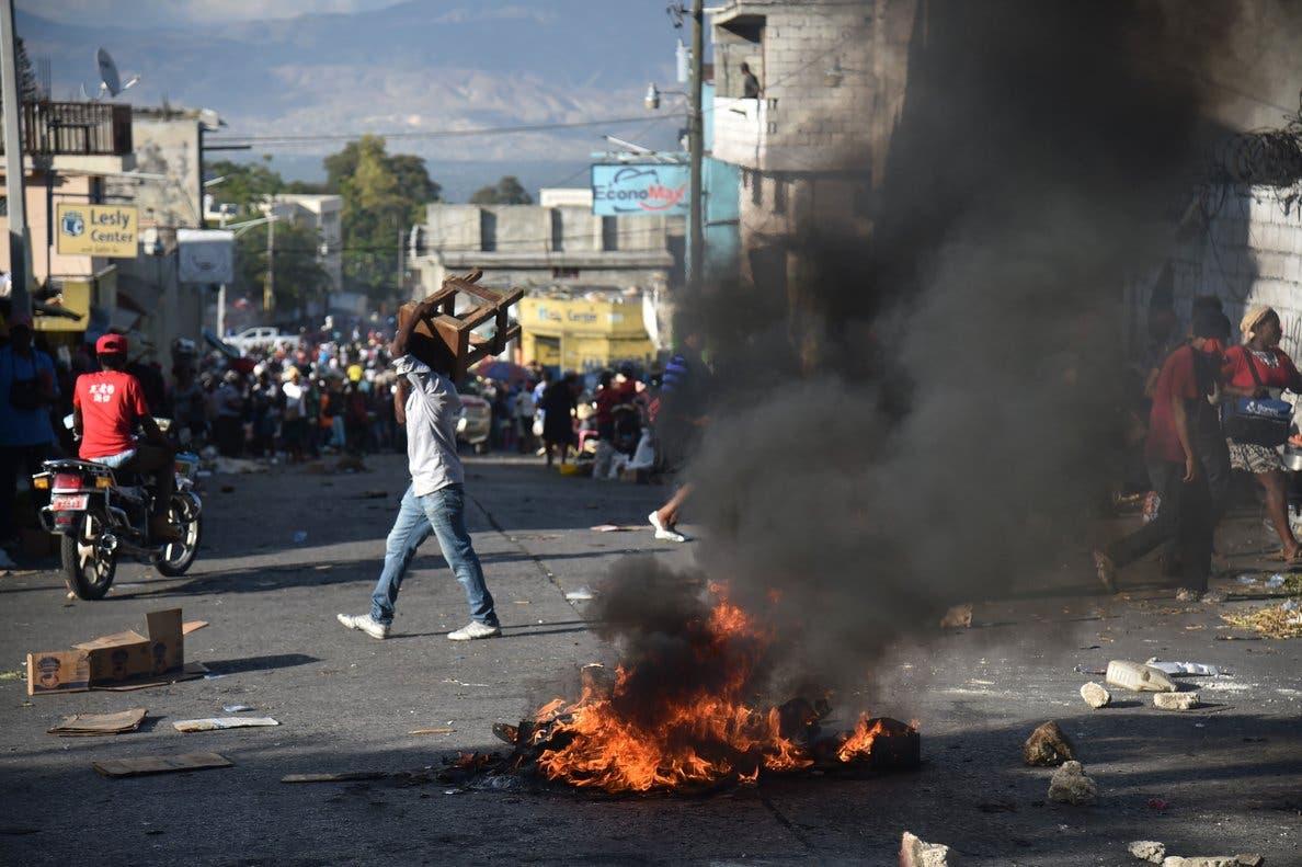 Muere periodista baleado en Haití, donde continúan las protestas