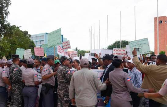 Así fueron desalojados los peregrinos de El Seibo que protestaban frente al Palacio Nacional