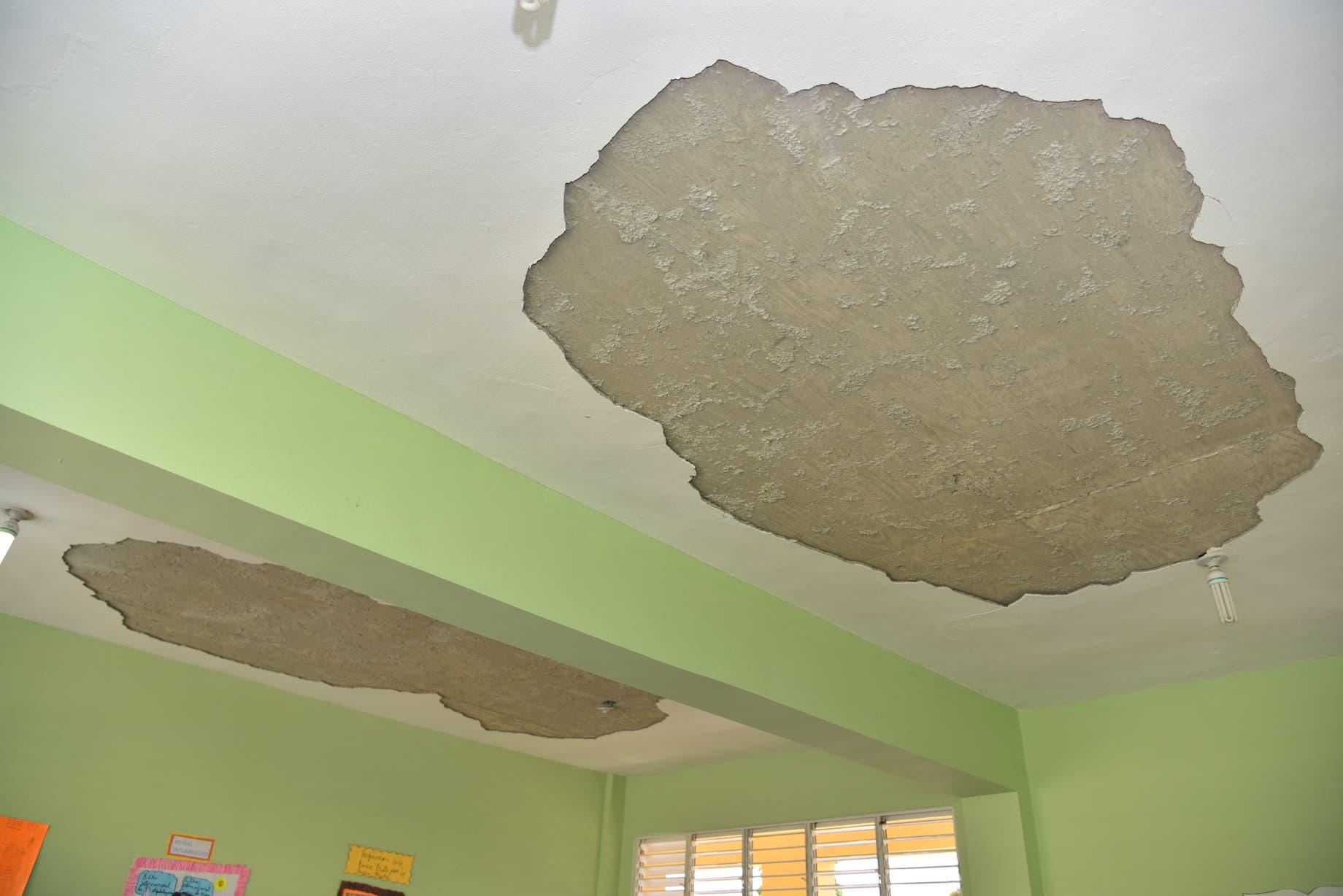 Avanzan en reparación de techos de 20 aulas en escuela donde tres estudiantes resultaron lesionados
