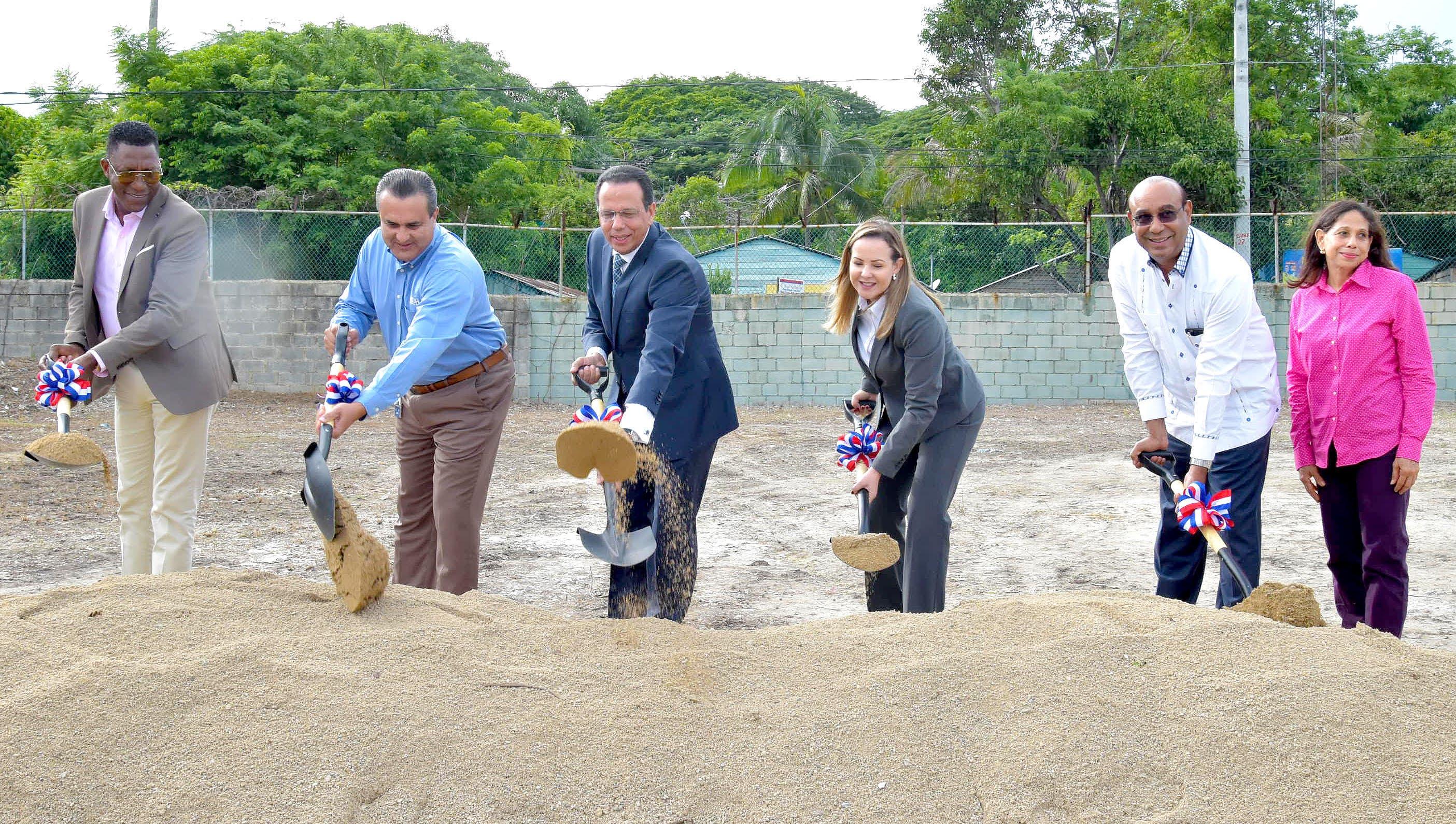 Ministro de Educación da  primer palazo  para construcción estancia infantil en San Cristóbal