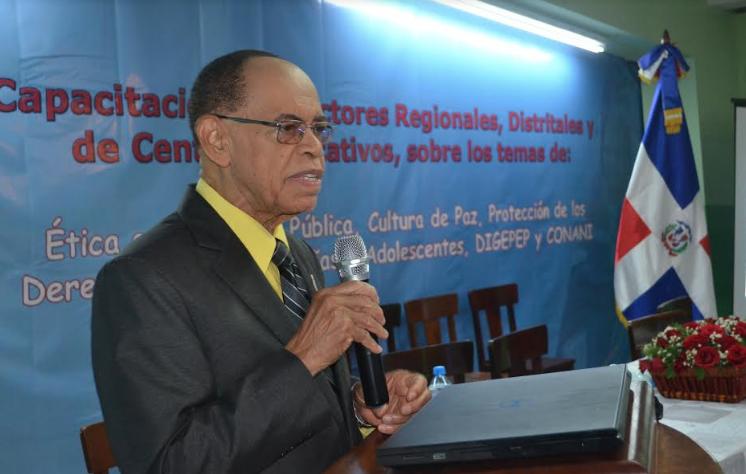 Capacitan directores de centros escolares y de distritos sobre ética e integridad pública