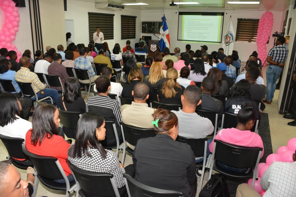 Imparten taller sobre prevención de violencia de género a los agentes de la DNCD