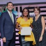 Addis Burgos; ganadora del primer lugar, junto a Roberto Herrera y Maria Alicia Urbaneja