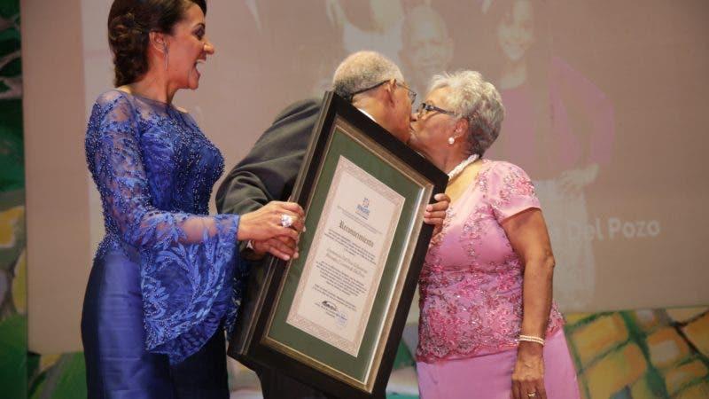 01 Enemencio Del Pozo Mercedes Kilson con 55 años de ejemplar unión matrimonial, se dan un tierno beso en un gesto de amor