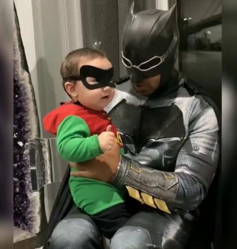¡Que se cuiden los villanos! Romeo Santos y su hijo Valentino salen a salvar al mundo en Halloween