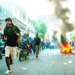 """AME2839. PUERTO PRÍNCIPE (HAITÍ), 10/11/2019.- Manifestantes participan en una protesta contra el presidente de Haití, Jovenel Moise, este domingo en Puerto Príncipe (Haití). La oposición en Haití realizó nuevas protestas un día después de que se anunciase un acuerdo para una """"transición"""", que se pondría en marcha si el mandatario renunciase. EFE/Jean Marc Havelard."""