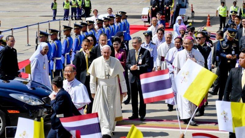 Bangkok (Thailand), 20/11/2019.- Pope Francis arrives at Military Air Terminal of Don Muang Airport in Bangkok, Thailand, 20 November 2019. (Papa, Tailandia) EFE/EPA/CIRO FUSCO