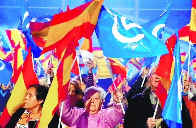 GRAF5217. MADRID, 08/11/2019.- Seguidores del PP ondean banderas de España al inicio del mitin de cierre de la campaña electoral para los comicios del 10 de noviembre, que la formación celebra este viernes en la plaza de toros de Las Ventas, en Madrid. EFE/ Ballesteros